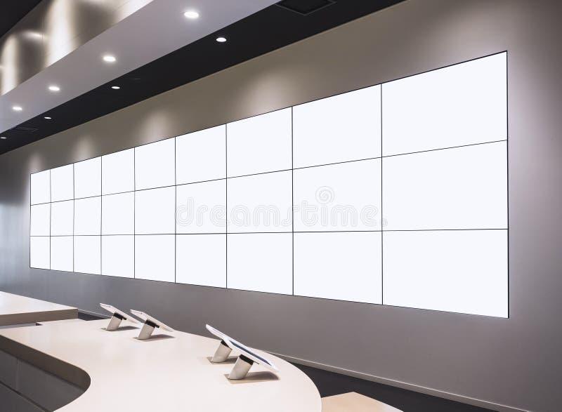 Zombaria acima da exposição da loja da parede do panorama do painel LCD do quadro de avisos foto de stock