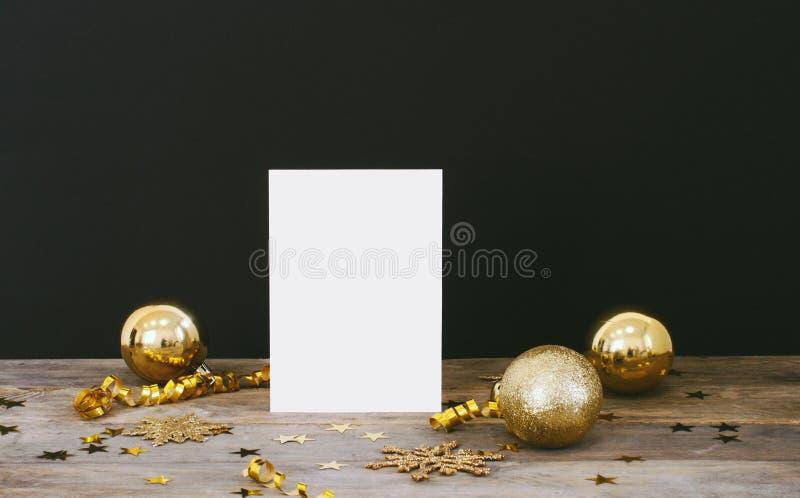 Zombaria acima do cartão do greeteng no fundo escuro rústico de madeira com os flocos de neve do brilho das decorações do Natal,  imagens de stock royalty free