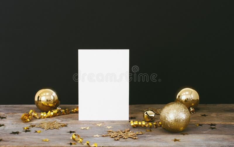 Zombaria acima do cartão no fundo escuro rústico de madeira com os flocos de neve do brilho das decorações do Natal, quinquilhari fotos de stock royalty free