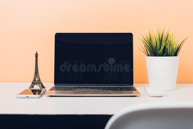Zombaria acima do laptop do portátil na tabela da mesa fotos de stock
