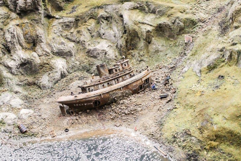 Zombaria acima do navio oxidado afundado do brinquedo imagem de stock