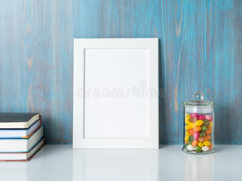 Zombaria acima do quadro na parede de madeira azul fotografia de stock