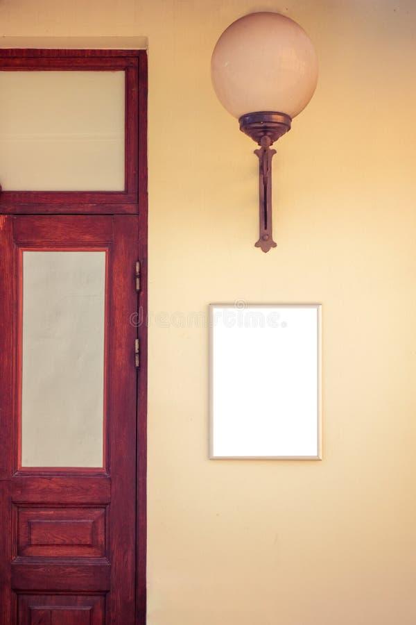 Zombaria acima Quadro indicador vazio na parede perto da entrada a comprar, armazenar, do restaurante ou do hotel imagens de stock