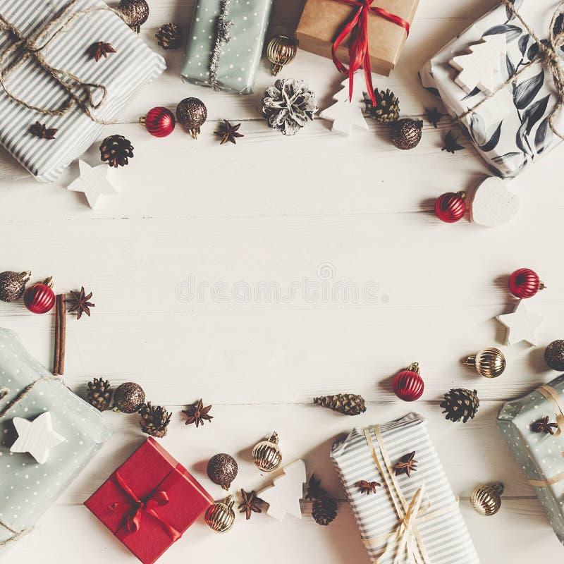 Zombaria da configuração do plano do Natal acima caixas atuais com ornamento e pino foto de stock royalty free