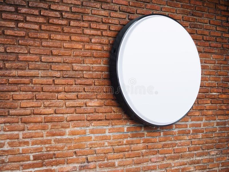 Zombaria da loja do quadro indicador acima de Logo Circle Display na parede de tijolo imagens de stock