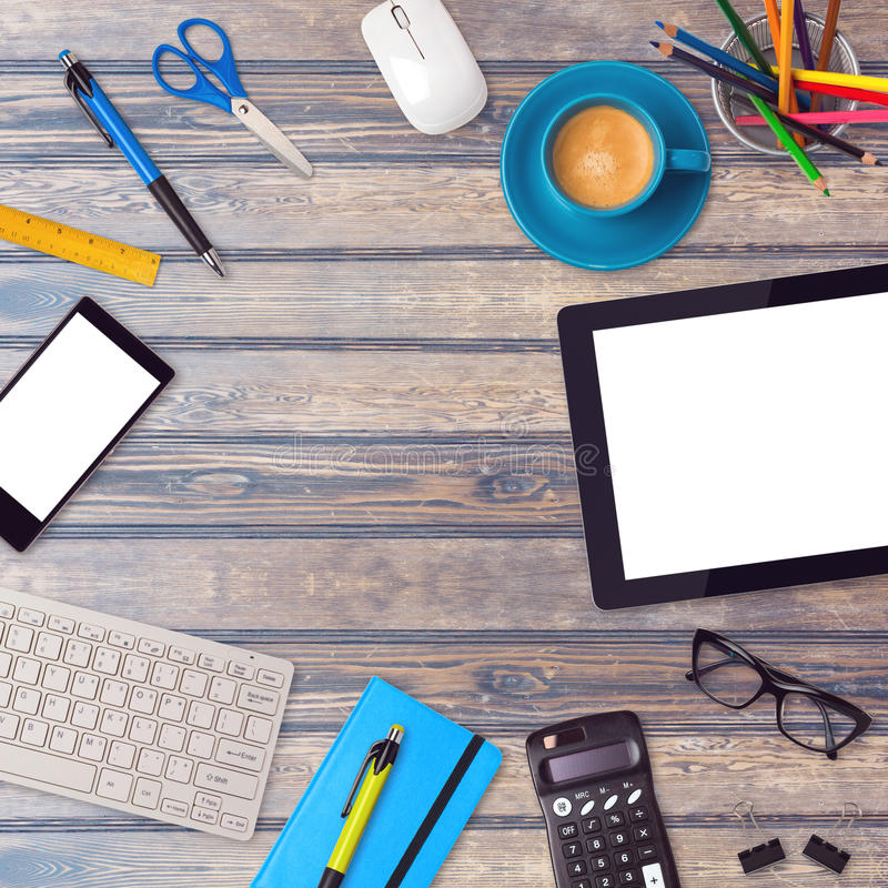 Zombaria da mesa de escritório acima do molde com artigos da tabuleta, do smartphone e do escritório na tabela de madeira foto de stock