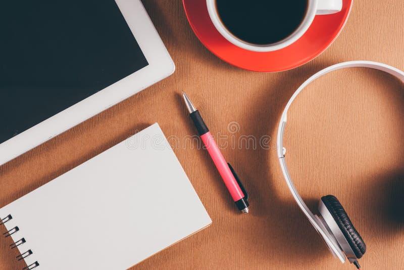 Zombaria da mesa de escritório acima do molde com portátil, caderno e tabuleta Vista de acima fotos de stock royalty free