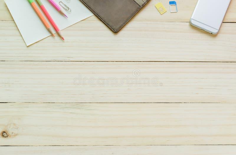 Zombaria da mesa de escritório acima do molde com tabuleta, caderno e pena Vista fotos de stock