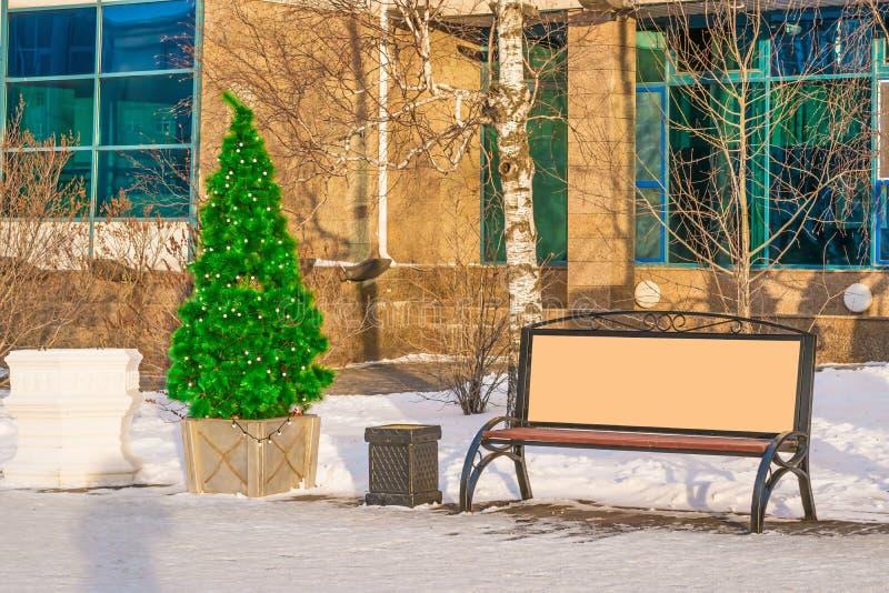 A zombaria da rua acima, quadro de avisos vazio ao lado das árvores de Natal decora as ruas da cidade pelo ano novo, imagem de stock royalty free