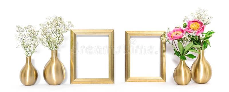 A zombaria da vista dianteira acima da moldura para retrato dourada floresce o estilo mínimo fotos de stock royalty free