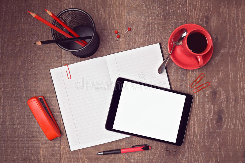 Zombaria da vista superior acima do molde da mesa de escritório com tabuleta e o caderno digitais Imagem do encabeçamento do heró fotografia de stock