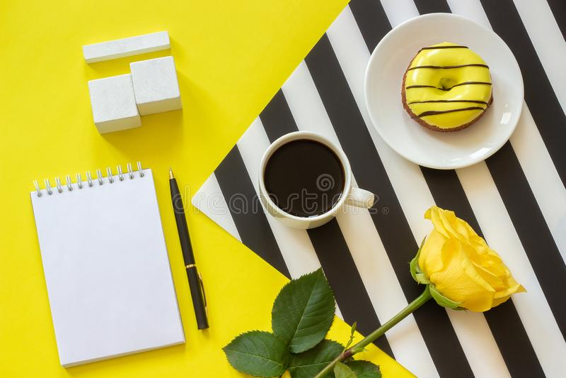 A zombaria de madeira vazia do calendário dos cubos acima do tamplate para seu café do copo da data de calendário, filhós aumento fotos de stock