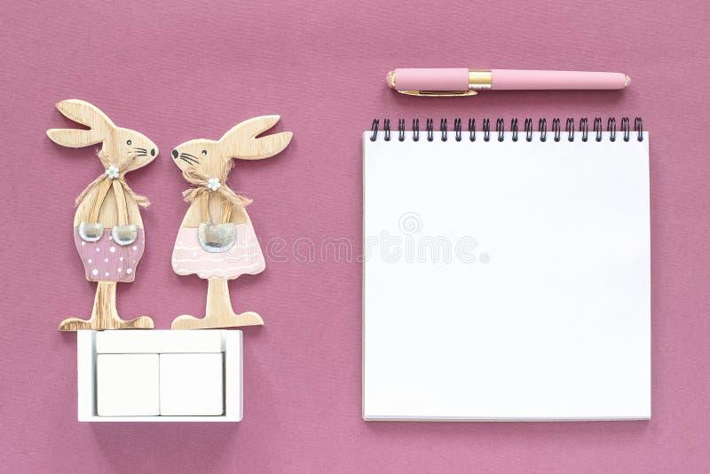 Zombaria de madeira vazia vazia do calendário dos cubos acima do tamplate para sua data de calendário Emparelhe das figuras de ma imagens de stock