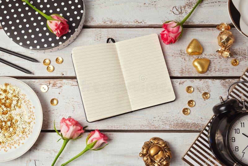 Zombaria do caderno acima com objetos femininos Vista de acima fotos de stock royalty free