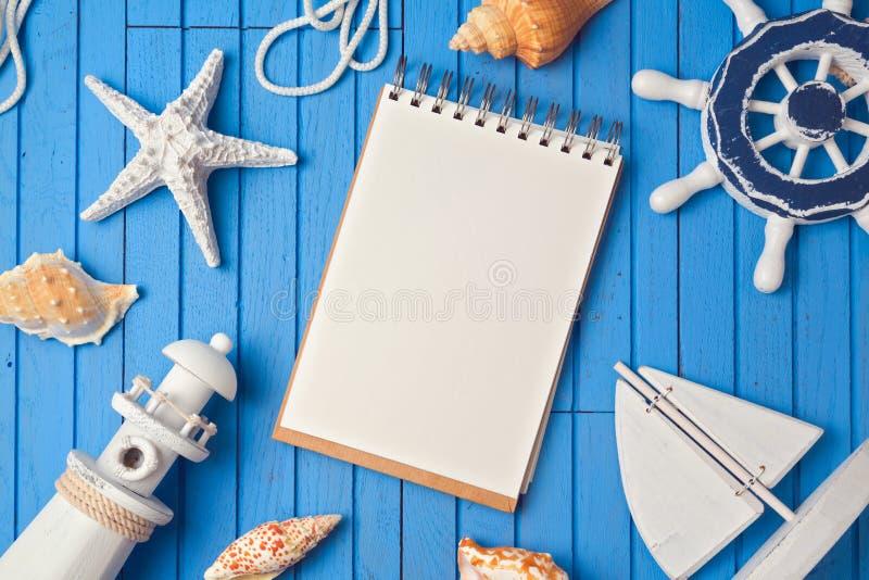 Zombaria do caderno das férias de verão acima do molde Vista de acima fotografia de stock