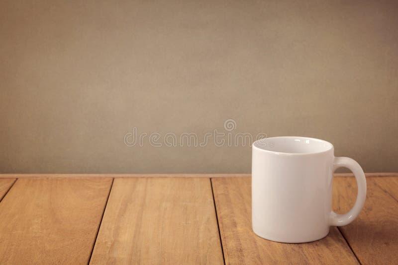Zombaria do copo de café acima do molde para a exposição do projeto do logotipo fotografia de stock royalty free
