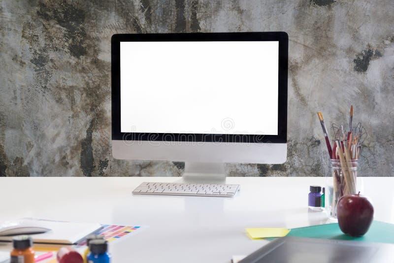 Zombaria do espaço de trabalho acima da tabela branca com computador moderno, colo da água fotos de stock