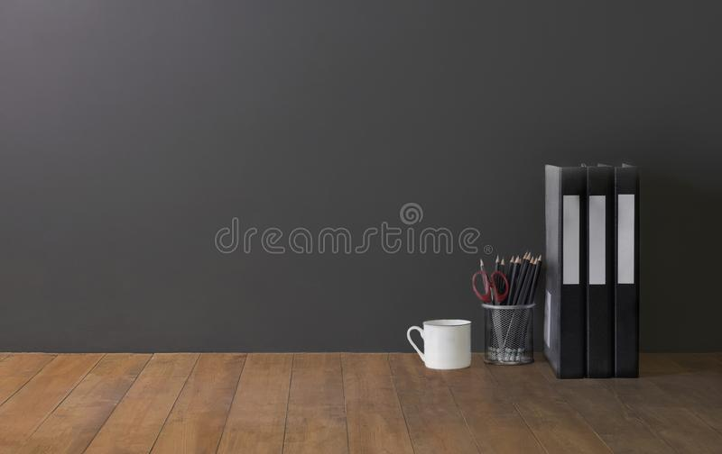 Zombaria do espaço de trabalho acima: tabletop de madeira com floder dos arquivos, copo de café fotos de stock royalty free