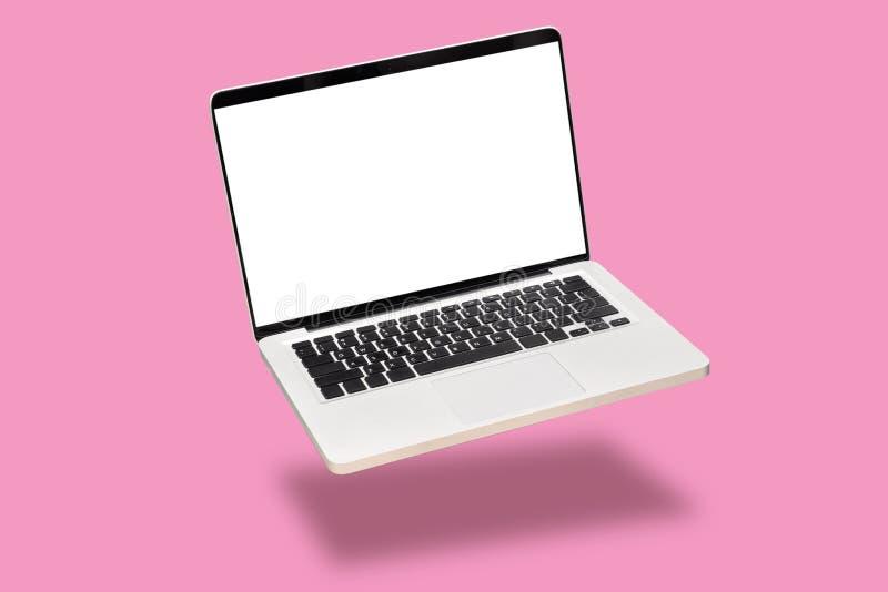 Zombaria do laptop acima com a tela branca vazia vazia isolada no fundo cor-de-rosa flutue ou levitar o caderno do portátil com s foto de stock royalty free