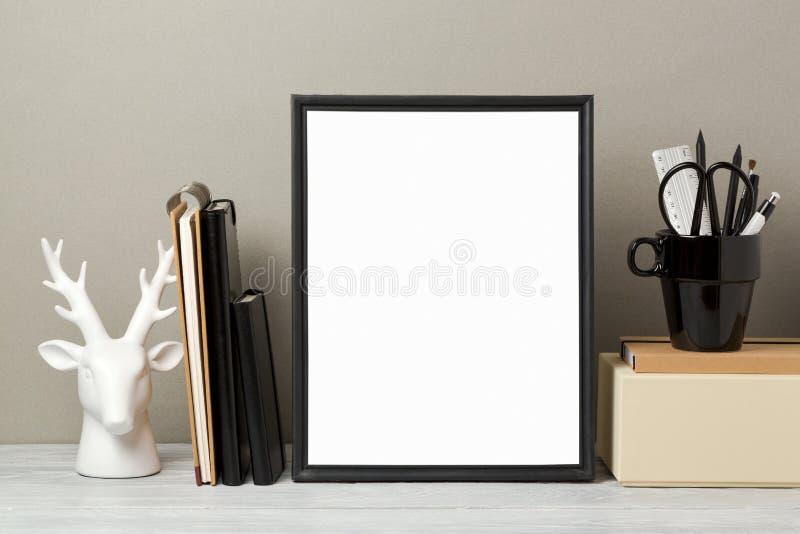 Zombaria do quadro acima na tabela foto de stock royalty free