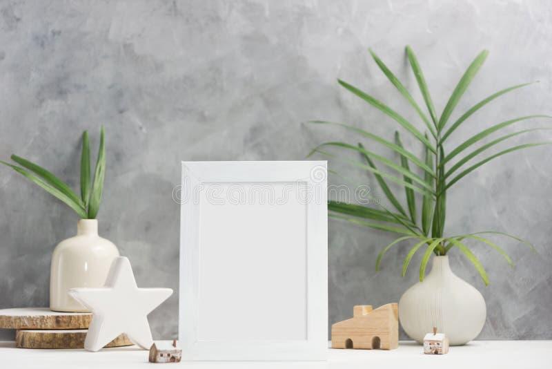Zombaria do quadro da foto acima com as plantas no vaso, decoração cerâmica na prateleira Estilo escandinavo imagem de stock royalty free