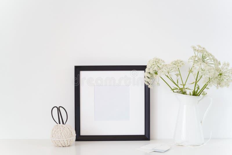 Zombaria preta do quadro do quadrado do retrato do vintage acima com um podagraria de Aegopodium no jarro foto de stock