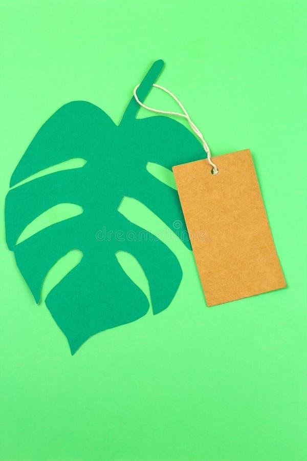 Zombaria vazia acima da etiqueta e das folhas tropicais do corte do papel do monstera fotografia de stock royalty free