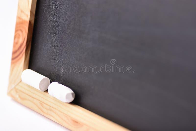 Zombaria vazia borrada acima do quadro preto com gizes brancos De volta à aprendizagem da educação do conceito da escola Espaço c imagens de stock royalty free