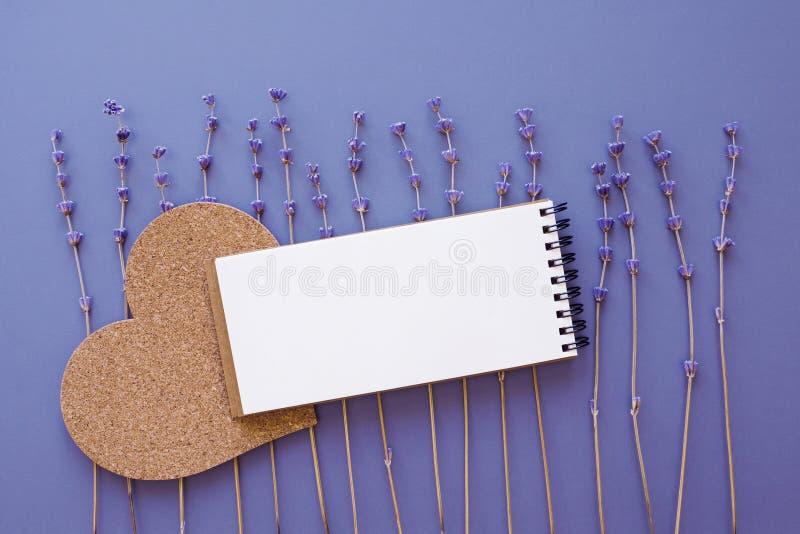 A zombaria vazia do bloco de notas acima com alfazema seca floresce fotografia de stock