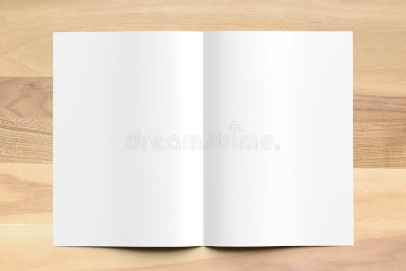 Zombaria vazia do folheto do tamanho da dobra A4 do Bi acima no fundo de madeira 3d fotografia de stock