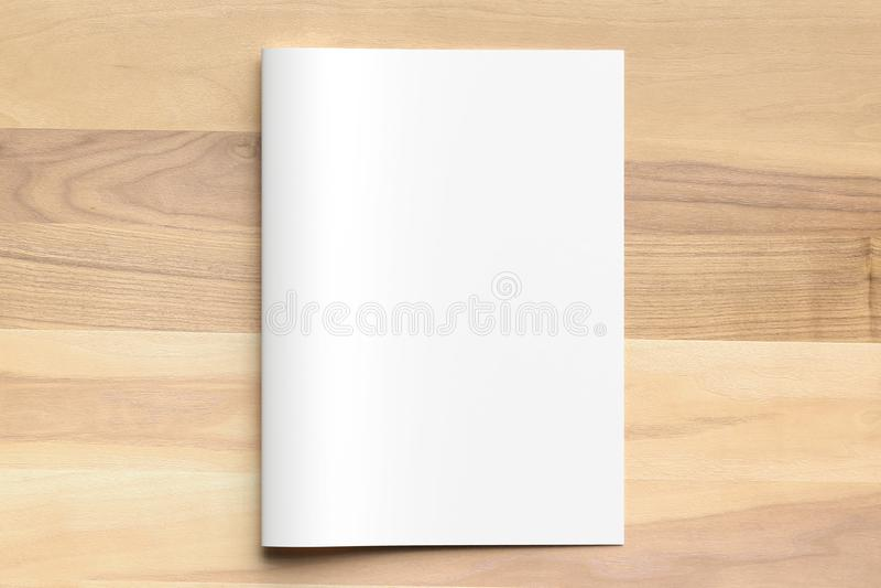 Zombaria vazia do folheto do tamanho da dobra A4 do Bi acima no fundo de madeira 3d imagem de stock royalty free