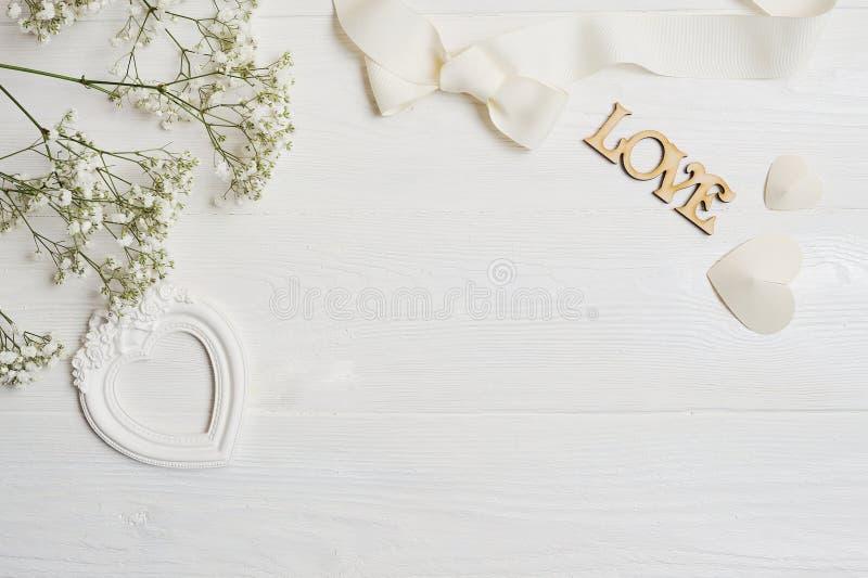 Zombe acima da composição do estilo rústico das flores brancas, os corações amam e um presente para o dia do ` s do Valentim do S foto de stock