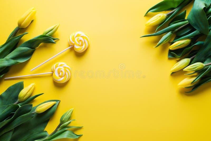 Zombe acima das tulipas amarelas sobre o fundo amarelo foto de stock