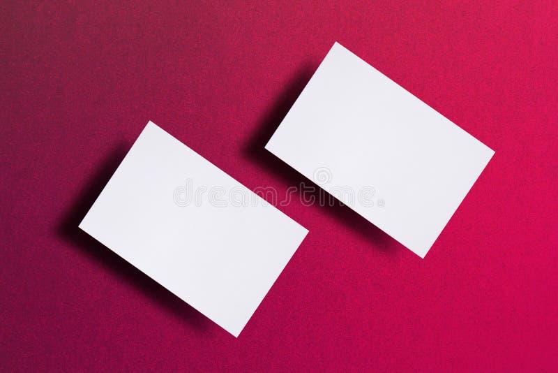 Zombe acima de dois cartões brancos horizontais no fundo de papel textured cor-de-rosa Molde do modelo para a identidade de marca fotos de stock