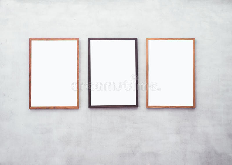 Zombe acima dos cartazes vazios com quadro de madeira na parede do cimento fotos de stock