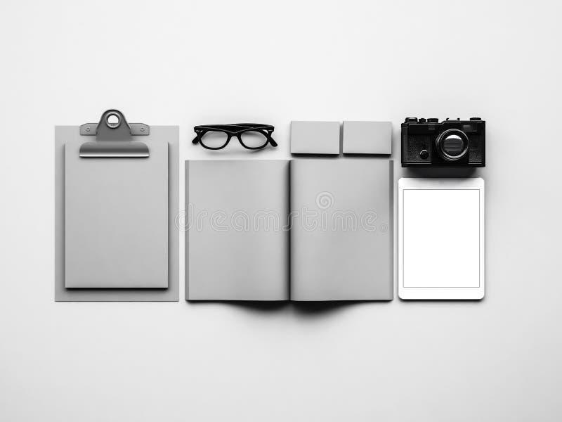 Zombe acima dos elementos clássicos cinzentos no branco fotos de stock royalty free