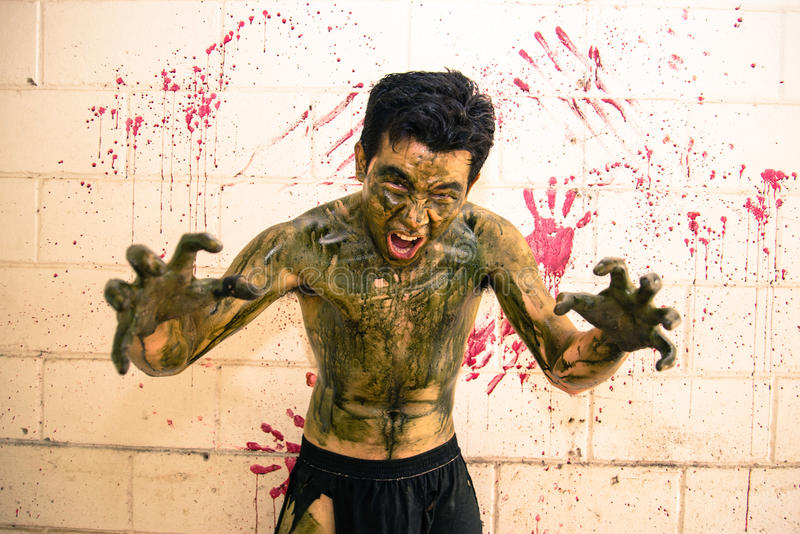 Zombi assustador na escola assombrada foto de stock