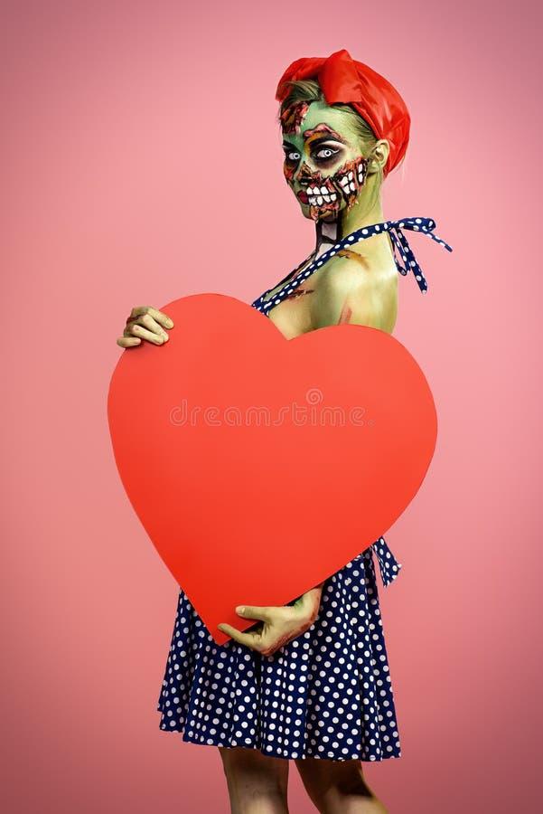 Zombi avec le coeur rouge photos stock