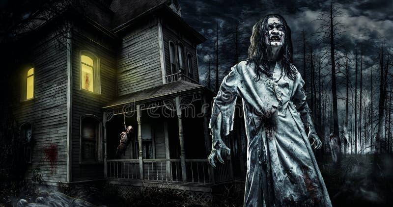 Zombi do horror perto da casa abandonada Halloween imagem de stock royalty free