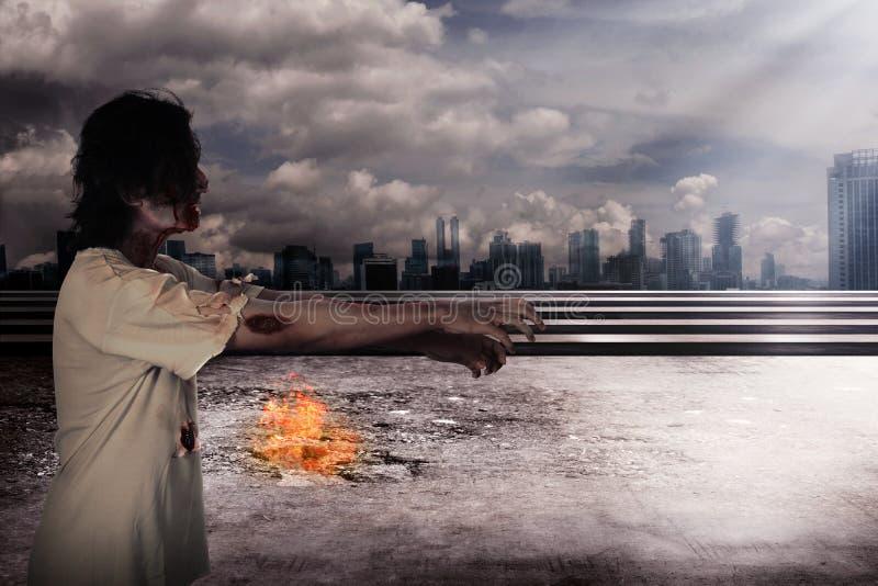 Zombi masculin rampant dans la ville photographie stock libre de droits