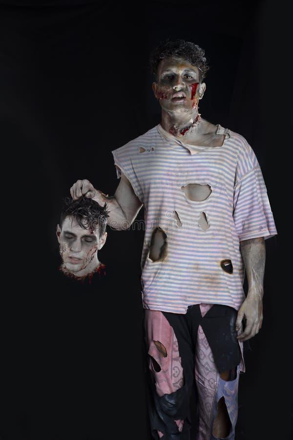 Zombi masculino asustadizo que detiene a otro hombre principal foto de archivo