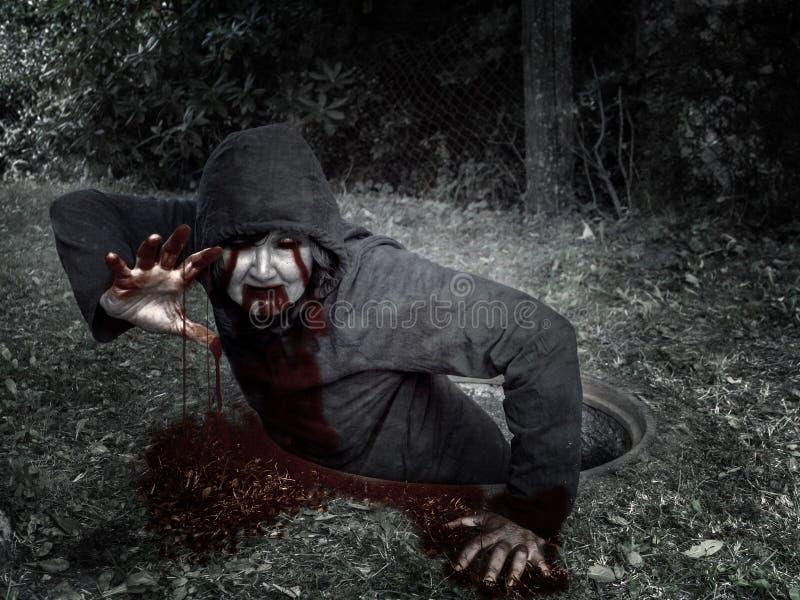 Zombie αναρριχείται από τον υπόνομο καλά στοκ εικόνα