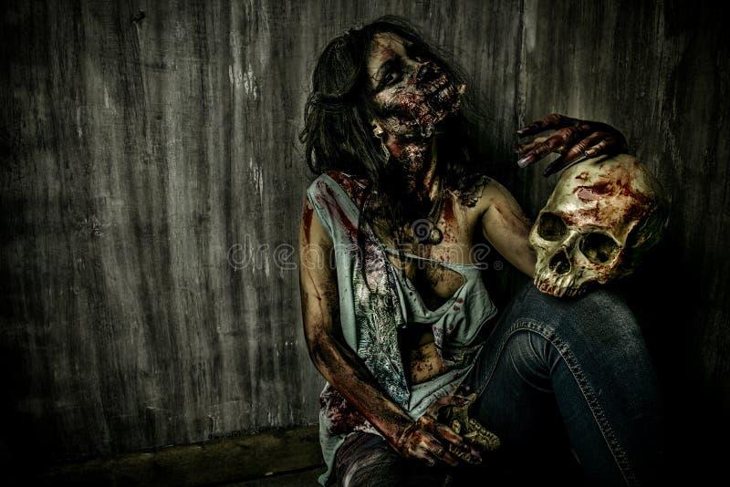 Zombie e cranio fotografie stock libere da diritti