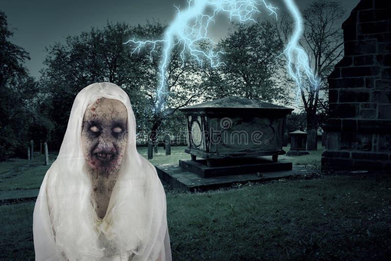 Zombie-Friedhofs-Geist mit Beleuchtung stockfoto