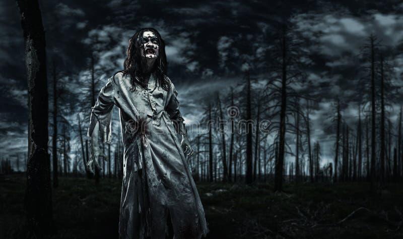 Zombie in het dode bos stock afbeelding