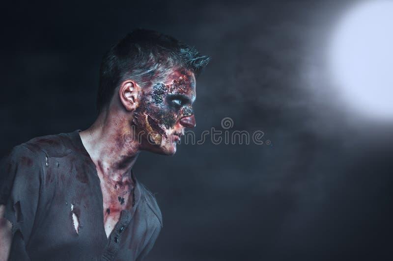 Zombie in het maanlicht royalty-vrije stock fotografie