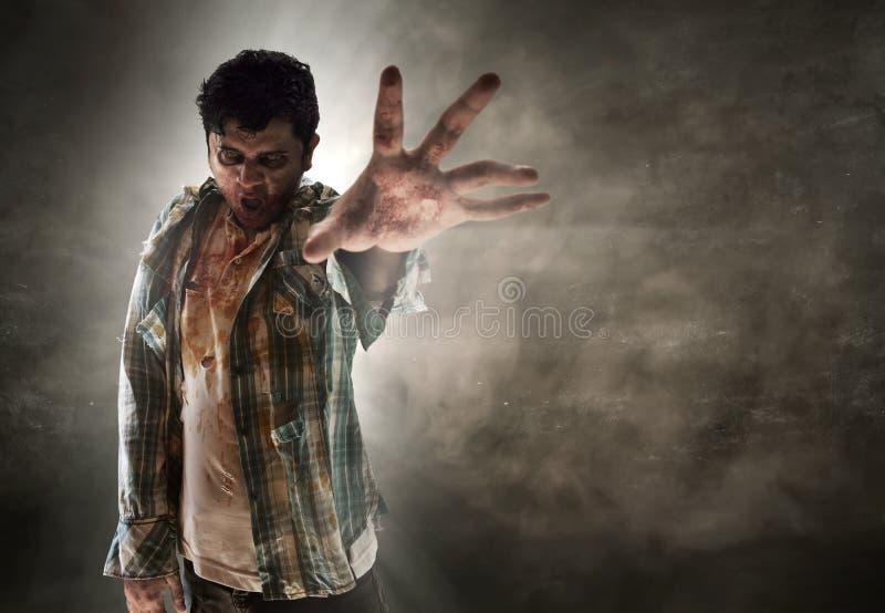 Zombie op donkere ruimte stock afbeelding