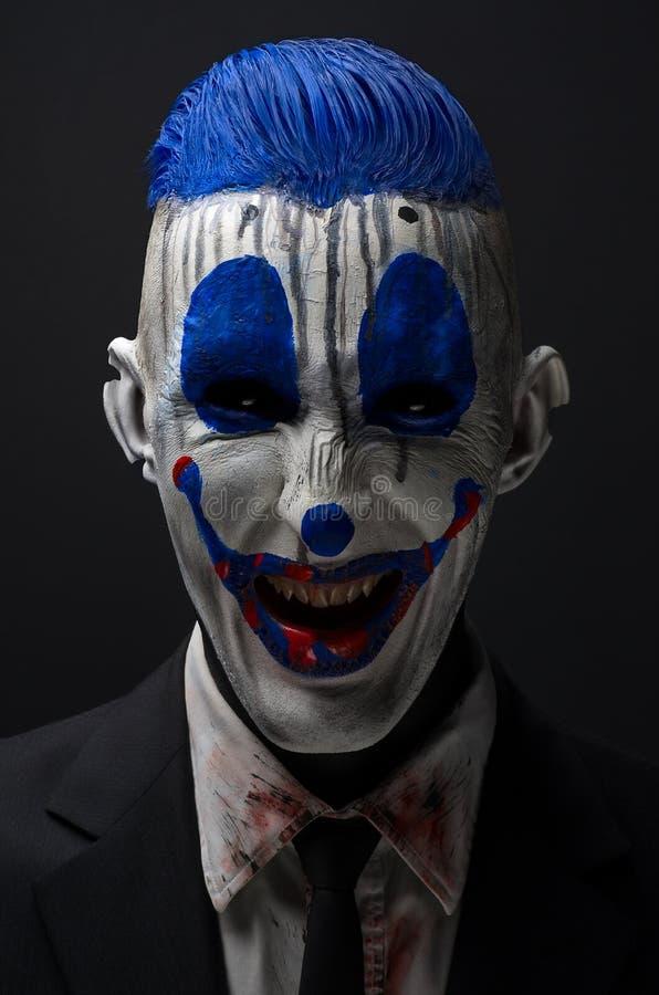 Zombie pazzi del pagliaccio blu in un rivestimento fotografia stock libera da diritti