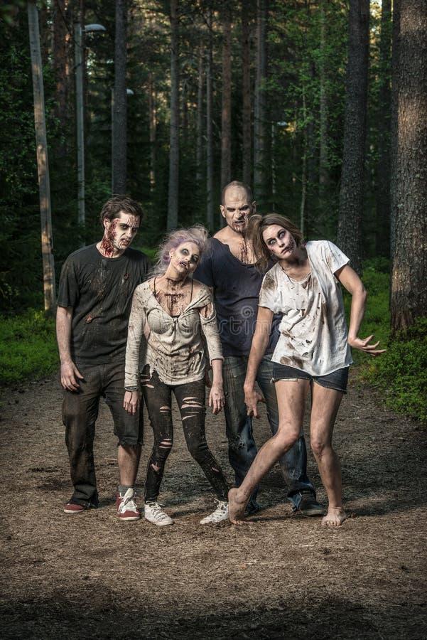 Zombie spaventosi che aspettano una preda fotografia stock