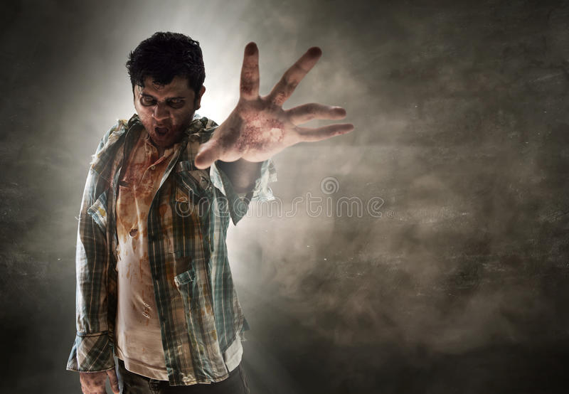 Zombie su stanza scura immagine stock